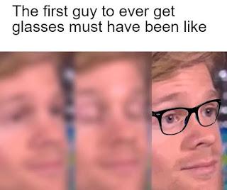 Pria berkacamata