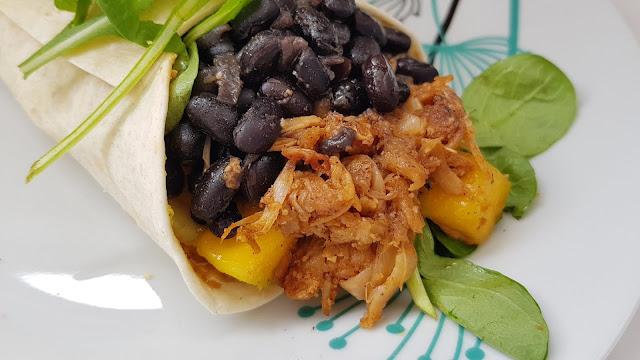 Burritos caribeños de judías negras y fruta de jack con mango