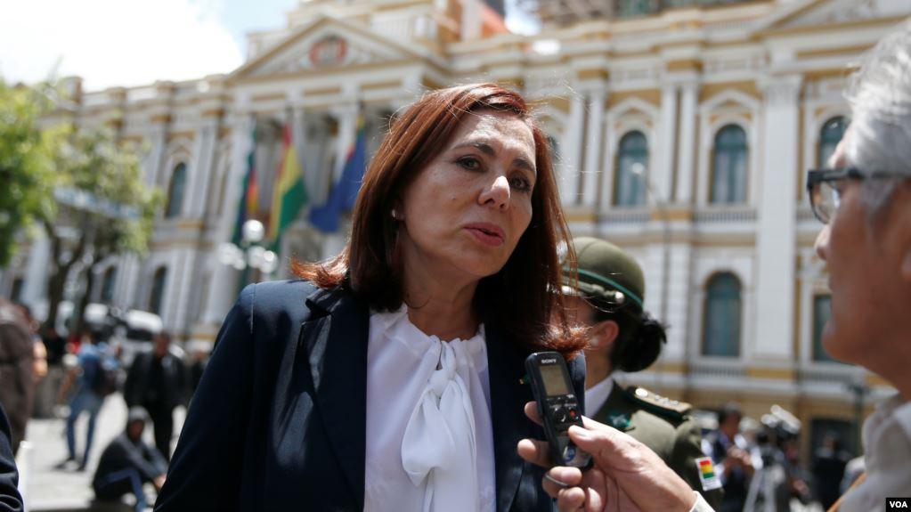 La ministra de Exteriores del gobierno transitorio de Bolivia, Karen Longaric, dijo que mantienen orden de detención contra dos exministros de Evo Morales por varios delitos graves / VOA