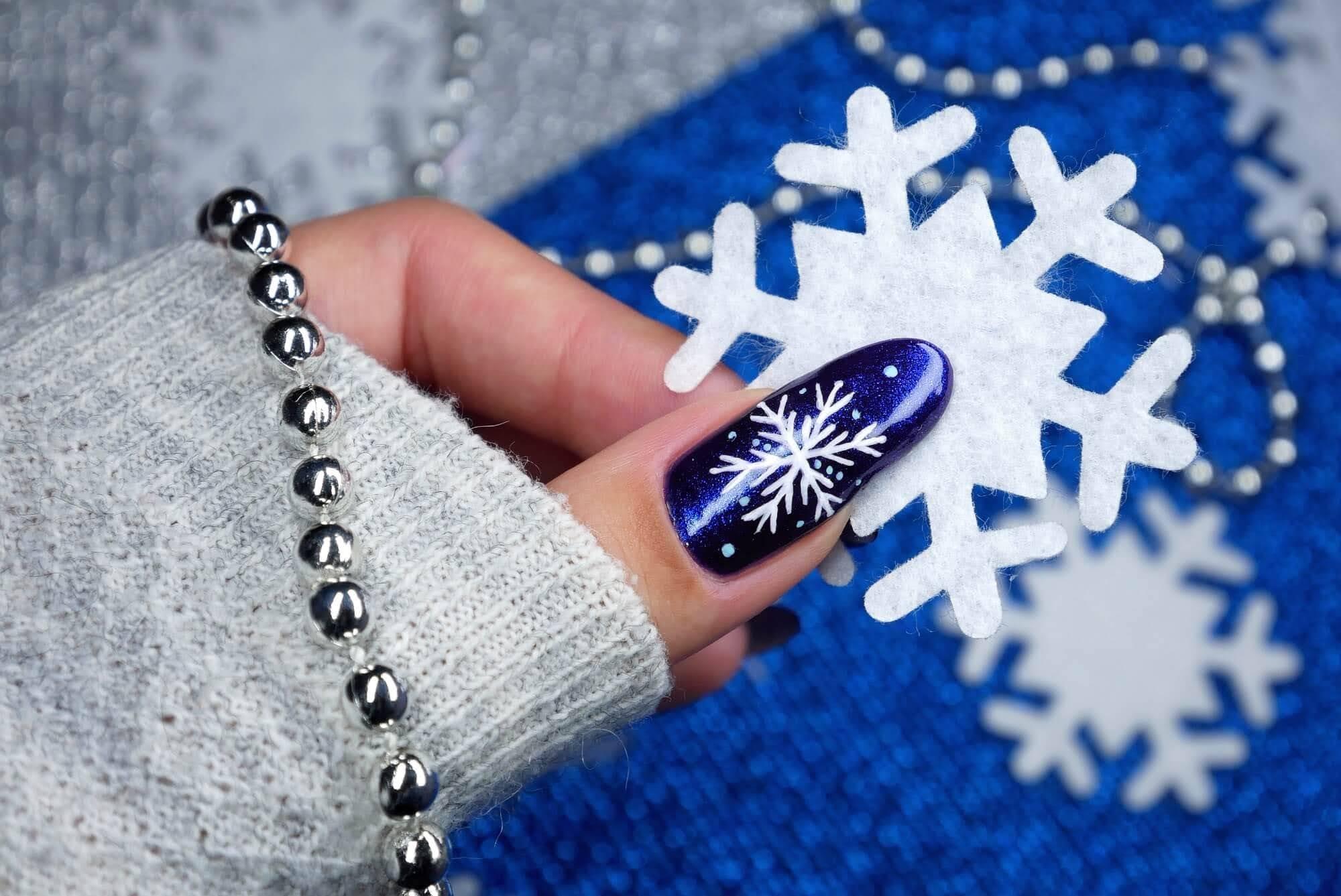 śnieżynki na paznokcie