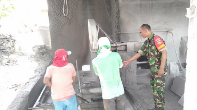 Babinsa Berikan Motivasi Pengrajin Batu Nisan di Manisrenggo