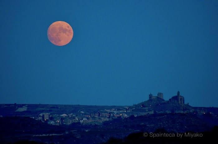 満月とスペインの小さな村の教会