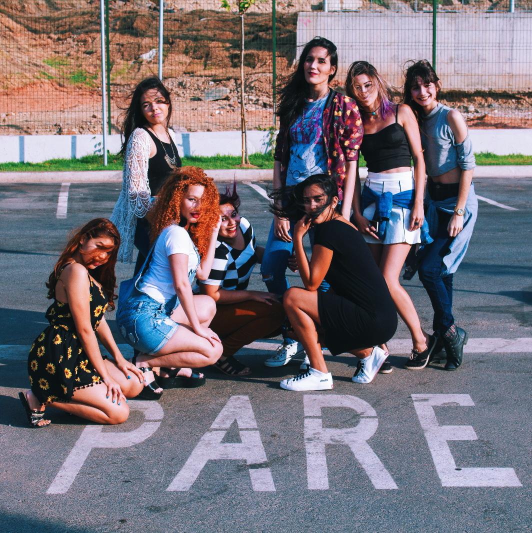 inspiração de fotos com amigas, fotos tumblr amigas, fotos no estacionamento, fotos legais meninas, fotos criativas