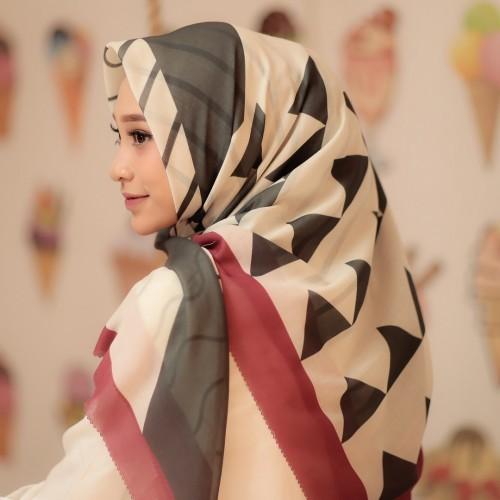Hijab Segiempat Voal Motif Paman Racing Mata Laser Cutari