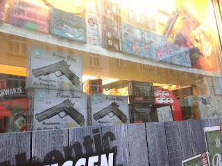 In einem Kiosk im Kölner Agnesviertel werden Spielzeugwaffen verkauft