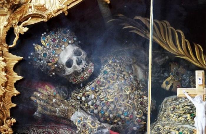 mayat berbalut emas