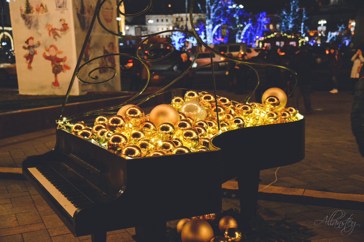 musical city Christmas decor