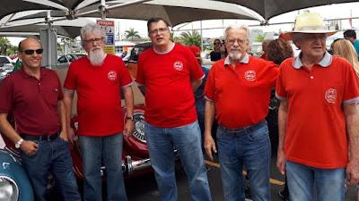 A turma de vermelho do Clube do MP, antes da largada do breve passeio.