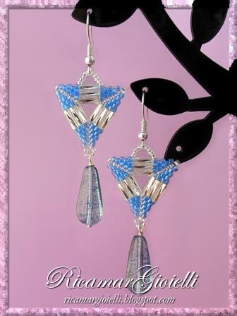 Orecchini a triangolo realizzati in peyote con delica e bugles