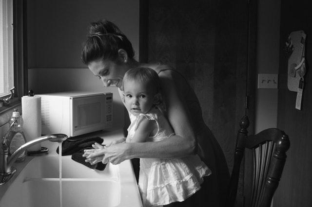 Mengajari anak cuci tangan