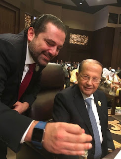 سقوط الرئيس اللبناني ميشال عون على الارض بمقرالقمة العربية بالاردن