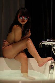 Gambar Bugil Sesi foto telanjang di bath up hotel short time