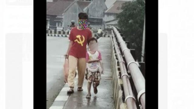 Heboh Emak-emak di Pandeglang ke Pasar Pakai Kaos Palu Arit
