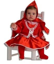 Foto de una niña sentada luciendo un disfraz de Caperucita Roja
