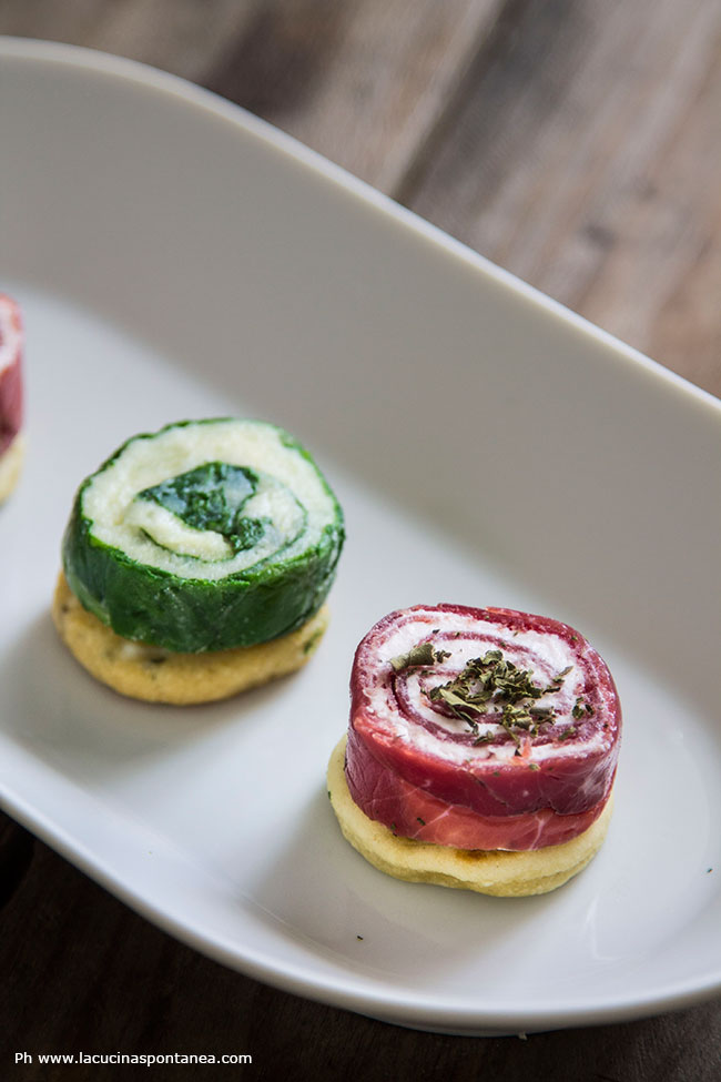 Foto dei rolls in due modi, con caprino e fragole e con bietola e patate