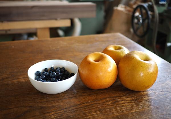 木のテーブルの上のブルーベリーと梨