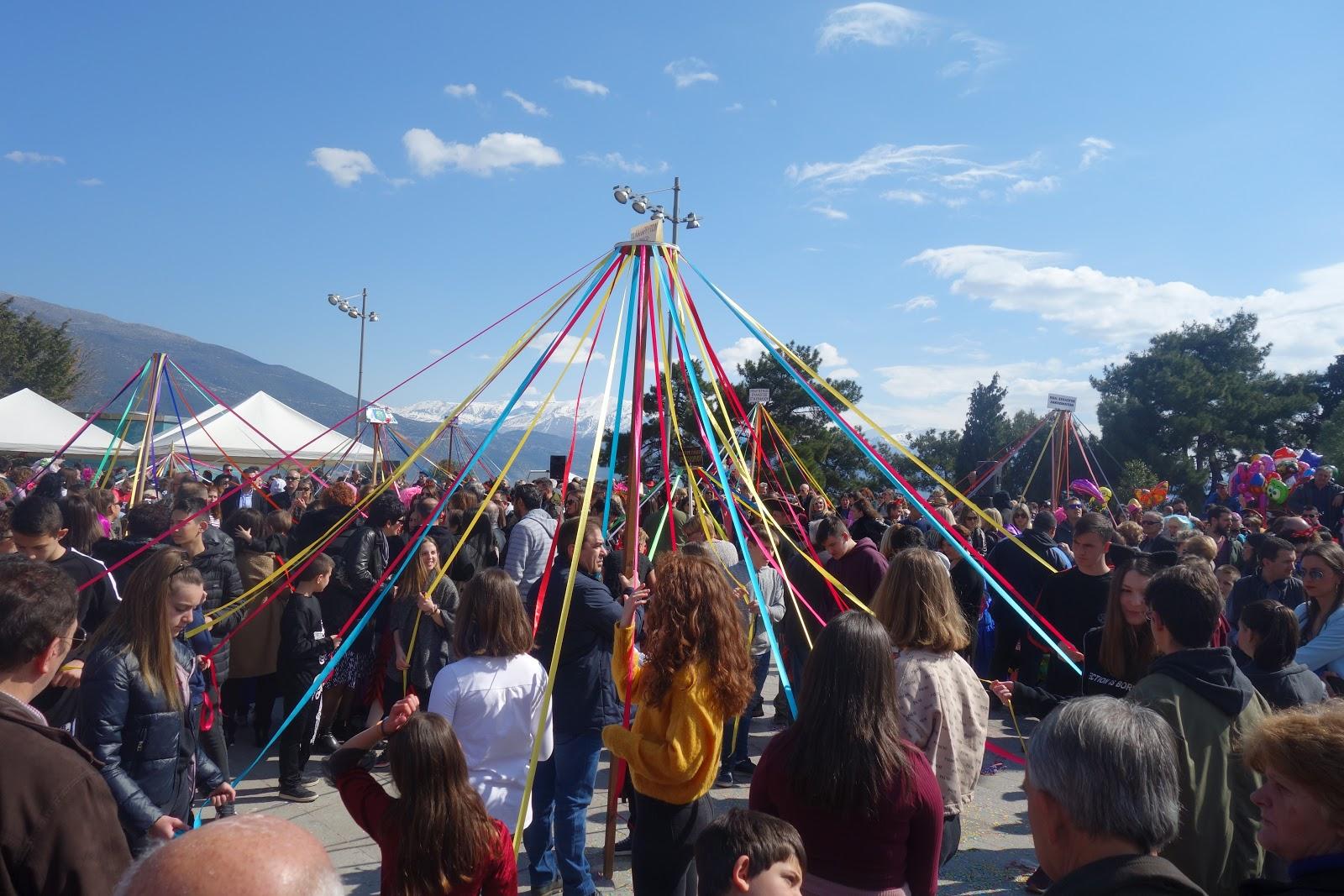 Κυριακή 23 Φεβρουαρίου,  Παραδοσιακό γαϊτανάκι στην κεντρική πλατεία Ιωαννίνων