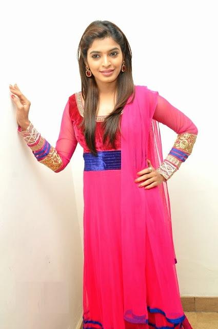 Actress Sanchita Shetty Hot Big Side Boobs in half Saree - Video