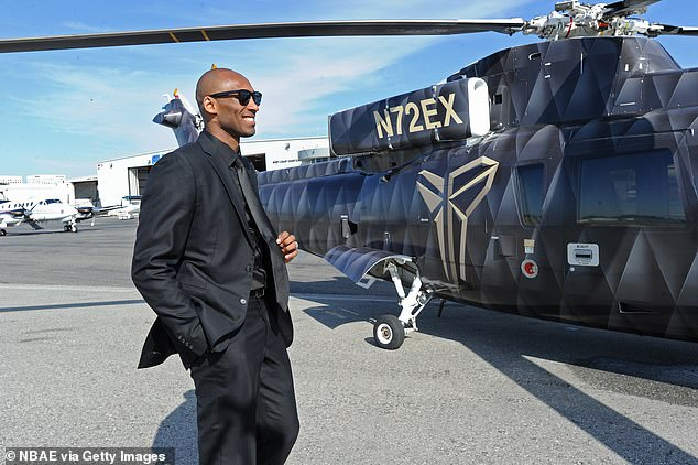Fotografia de Kobe Bryant abordando Helicóptero