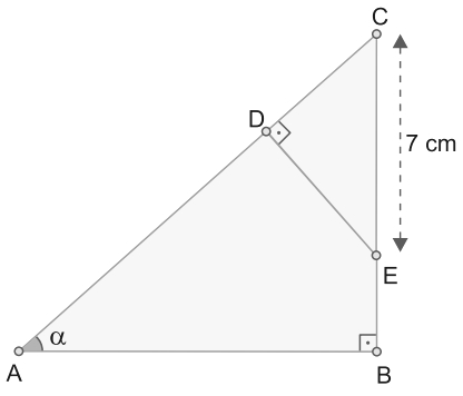 FMABC 2021: Os pontos D e E estão sobre os lados de um triângulo retângulo ABC, de maneira que CE = 7 cm e tg α = 0,75, conforme mostra a figura.