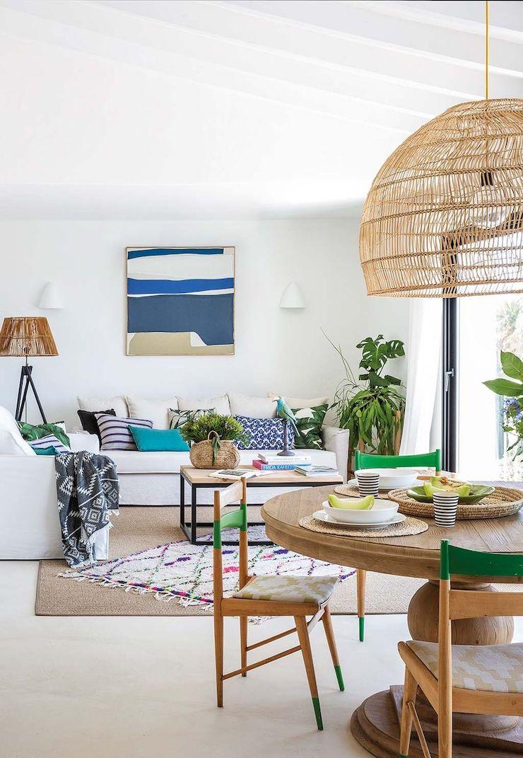 Salón de estilo mediterráneo con sofá blanco