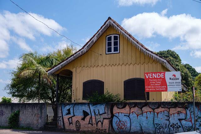 Casa de madeira com lambrequins - fachada
