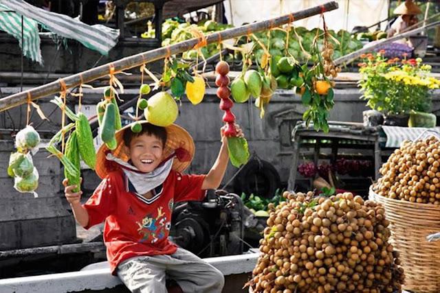 Nếu có dịp ghé thăm miền Tây, du khách không thể bỏ qua những khu chợ nổi nhộn nhịp mà bình dị, thưởng thức đủ loại nông sản, các món ăn vặt nổi tiếng đất phương Nam.