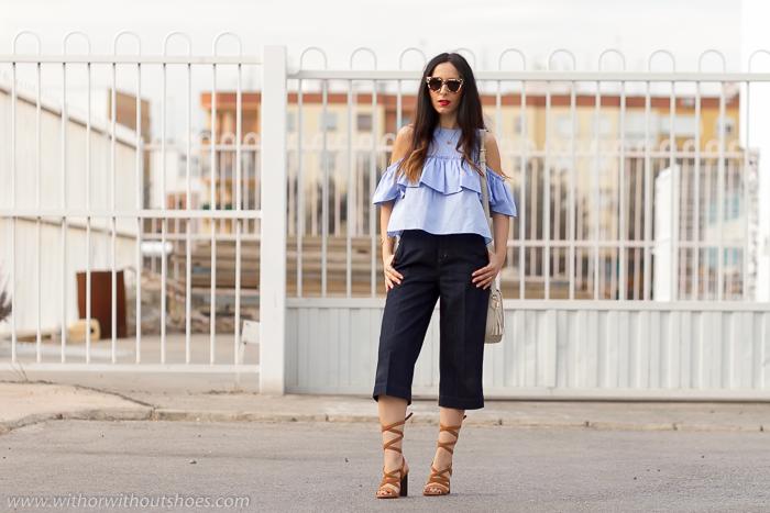 Influencers españolas con Total Look Zara con top con Volantes Hombros al aire Pantalones culottes en tejido denim y sandalias atadas de tiras