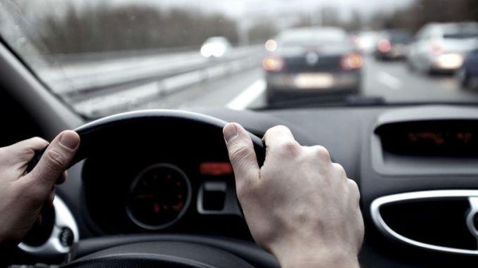 Mulher é autuada e multada por passar direção do carro a homem não habilitado