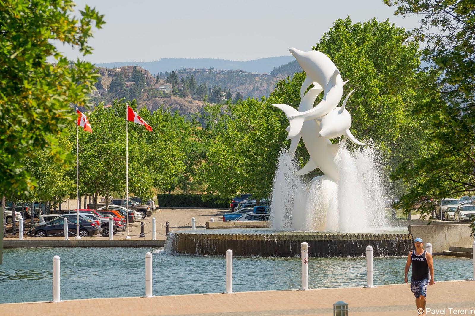 """В парке """"Вотерфронт"""" расположен вот такой симпатичный фонтан в виде трёх резвящихся дельфинов."""