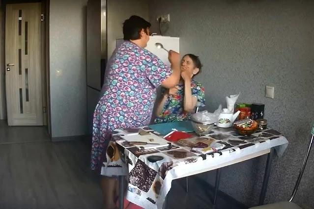 В Липецкой области семья сняла на камеру, как сиделка избивала беспомощную бабушку! Видео!