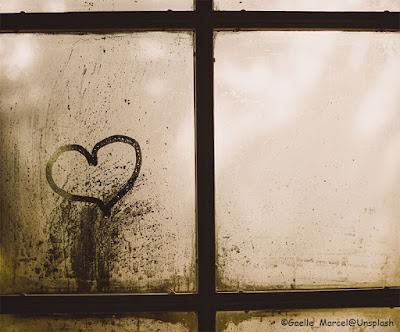 Un cuore disegnato su una finestra appannata
