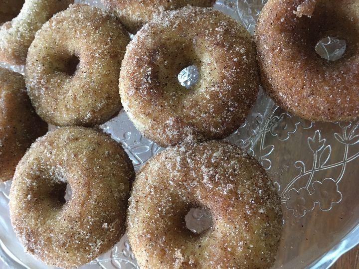 Kaneli-sokeridonitsit (uunidonitsit) vissytaikinalla, gluteeniton