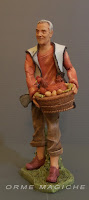 statuetta per presepe personalizzata realizzata a mano uomo con cesto e gallina nonno orme magiche