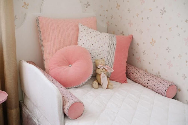 It is common for pink tones to predominate in women's bedroom decor