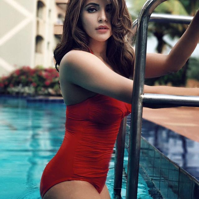 Pic Talk of the day: Sensuous Beauty Raises The Temperatures In Red