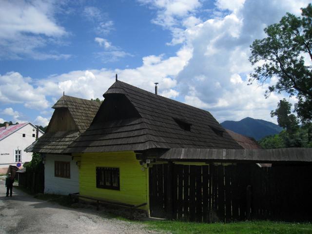 La calle que lleva a la galería y a la iglesia católica de Vlkolínec, en Eslovaquia
