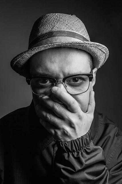 """MC Rodrigo Brandao lança primeiro disco solo """"Outros Barato"""""""