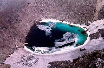 Il Lago degli Scheletri, lo Skeleton Lake, si trova a Roopkund, in India