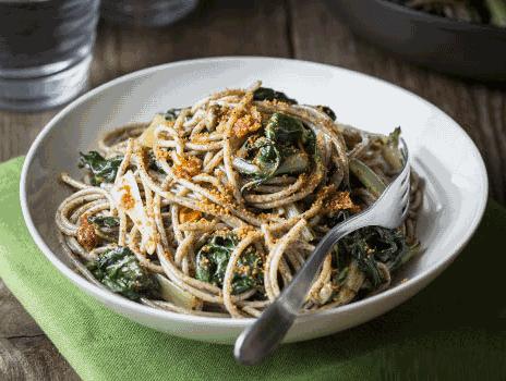 Spaghetti di grano saraceno con coste e pomodori secchi