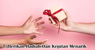 Berikan Hadiah Dan Kejutan Menarik merupakan salah satu tips pikat pelanggan di hari valentine