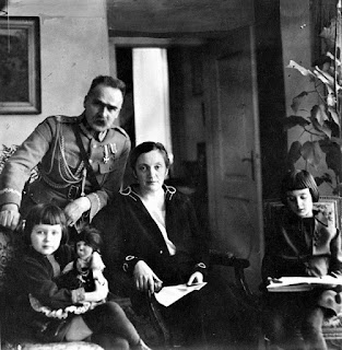 Józef i Aleksandra Piłsudscy z córkami