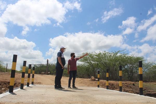 Prefeito Juninho Alves e vice Paulo Brasil visitam passagem molhada que divide açudes Grande e Sabóia em Caraúbas