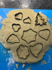 Découpage de la pâte avec un emporte-pièce des biscuits pour elfe farceur