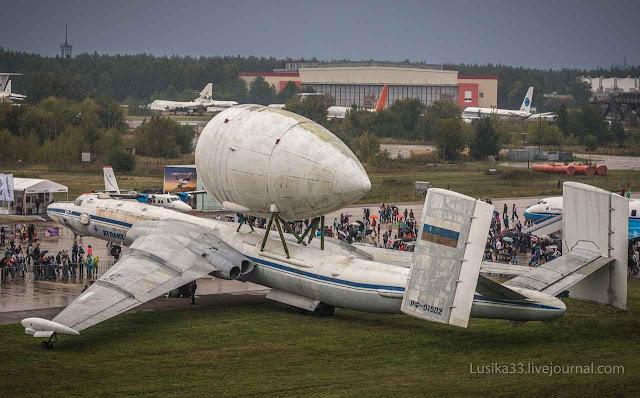 Projetos faraônicos abandonados como o do cargueiro pesado VM-T 'Atlant' feito para levar peças para Baikonur ainda estão espalhados pela Rússia toda