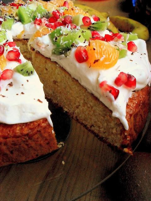 Świąteczne ciasto z kremem i owocami przepis