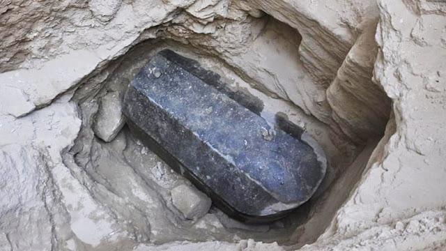 Descubren en Egipto un misterioso sarcófago de granito negro que no ha sido abierto en 2.000 años