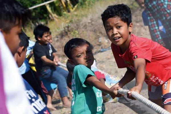 lomba tarik tambang di pengungsian Peduli Gempa Lombok