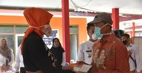 Bupati Faida Bagikan KTA Tani di 7 Desa