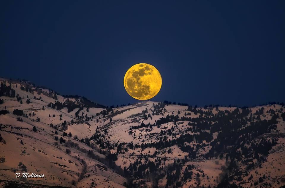 Το φεγγάρι της Εύβοιας όπως βγαίνει μέσα από το βουνό της Δίρφυς!